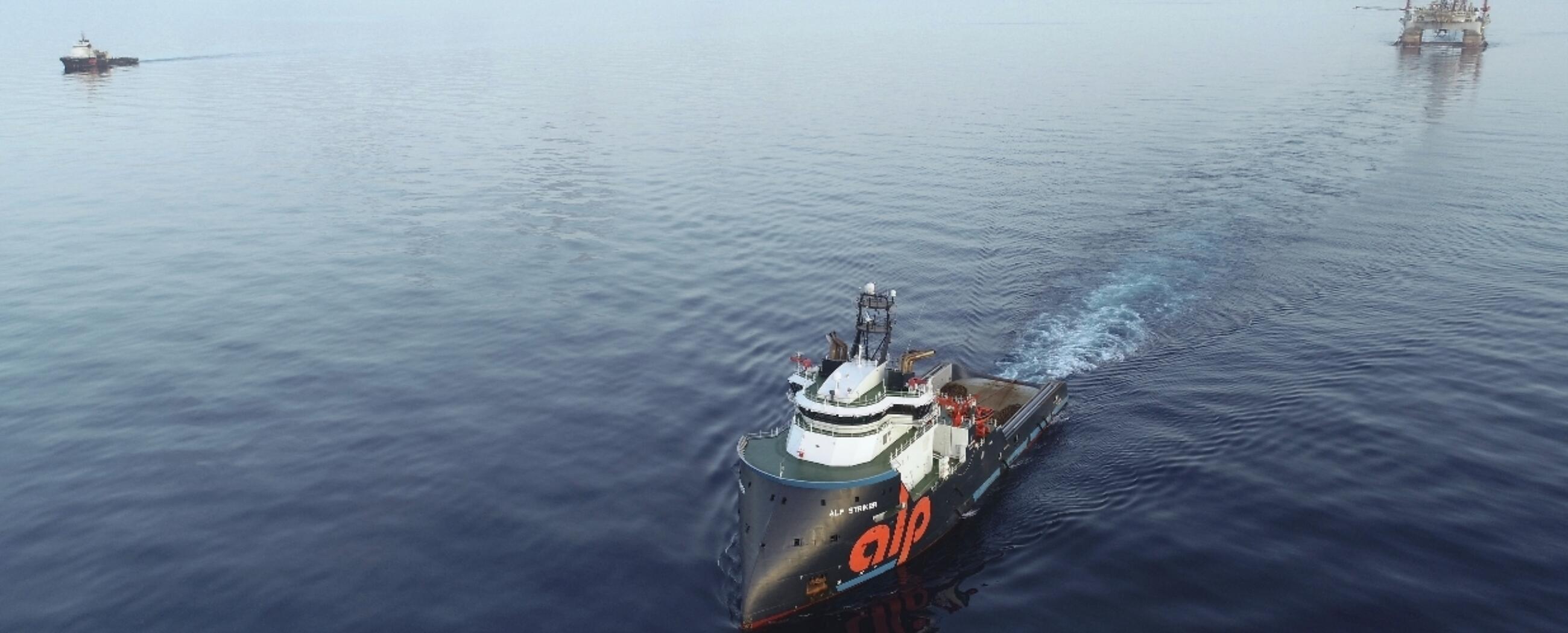 ALP-Striker-towing-West-Capricorn.JPG