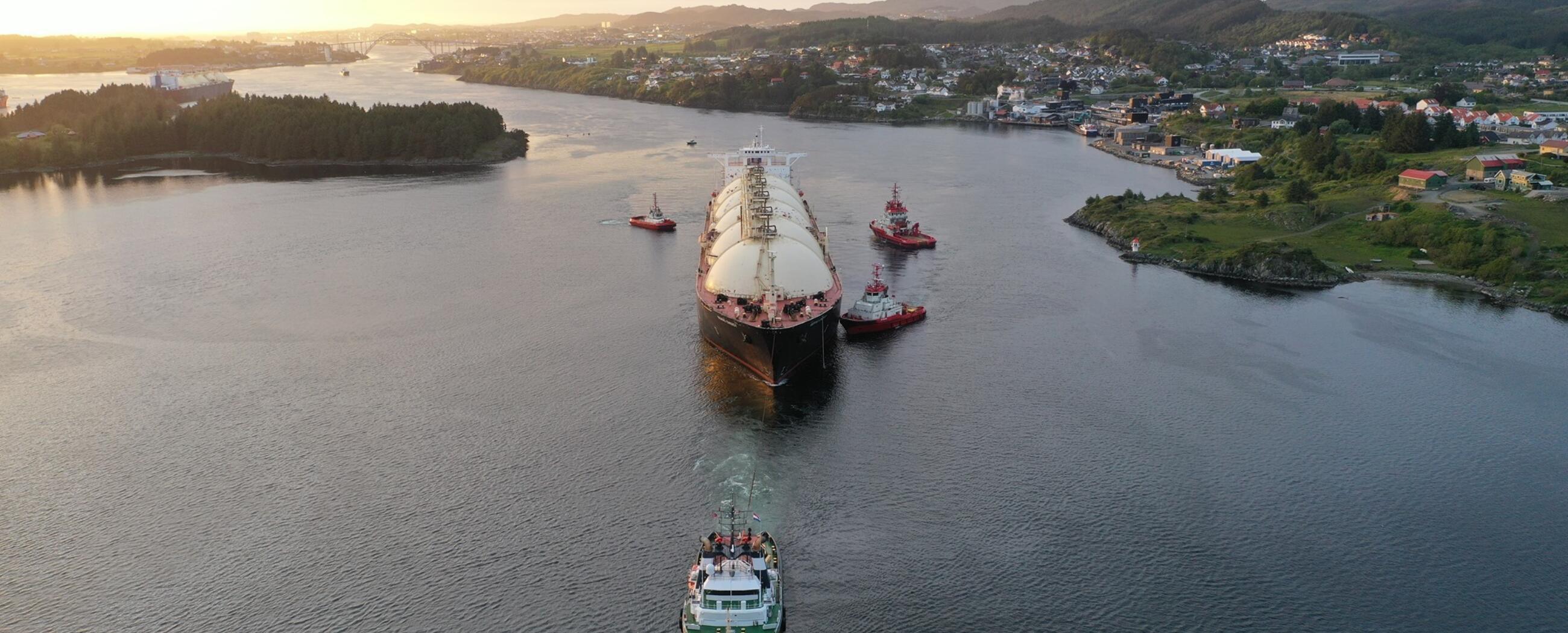 ALP-Ace-towing-Bering-Energy-Norway-Ferrol-JUN2020.jpg