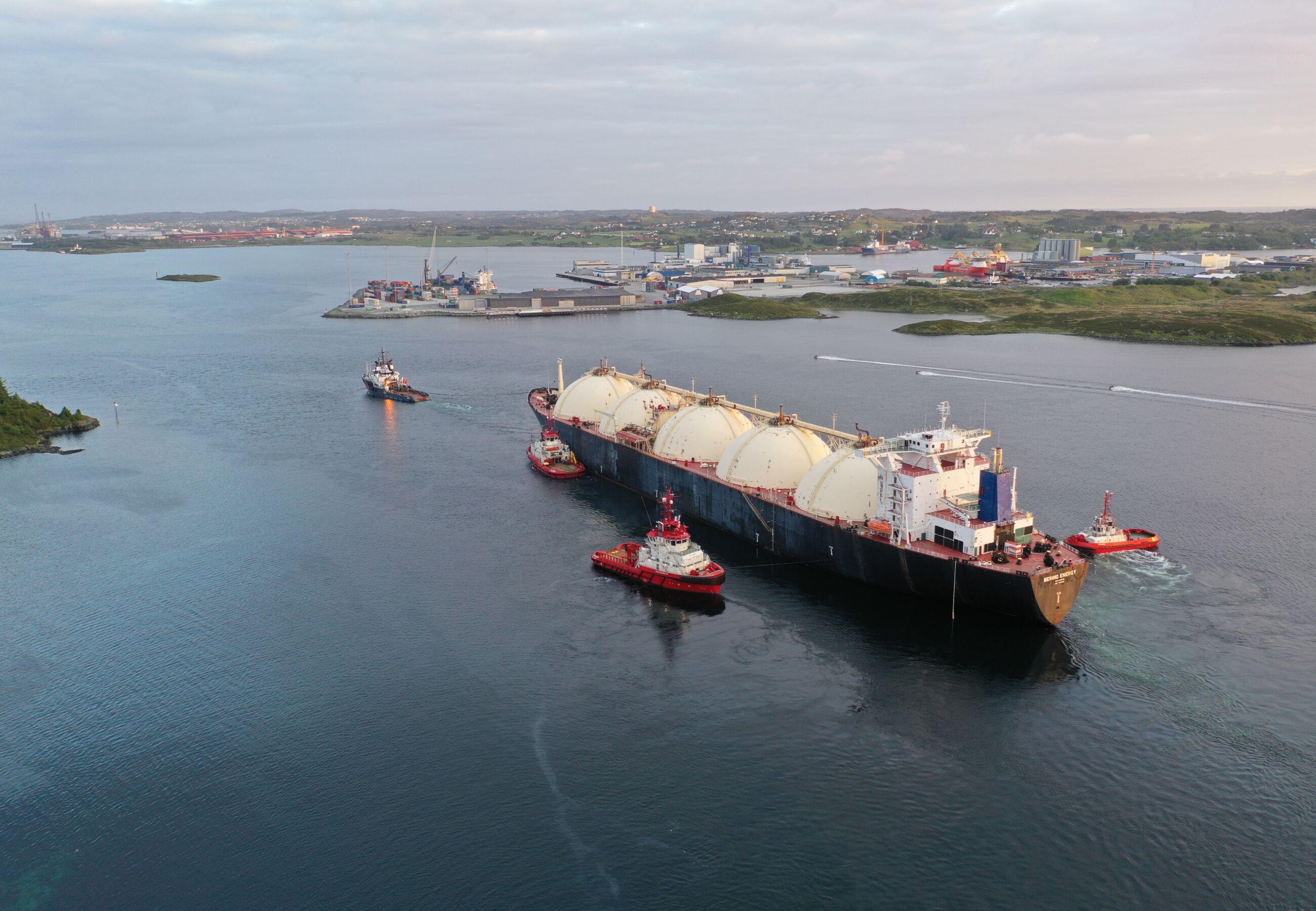 ALP Ace towing Bering Energy Norway Ferrol JUN2020 8