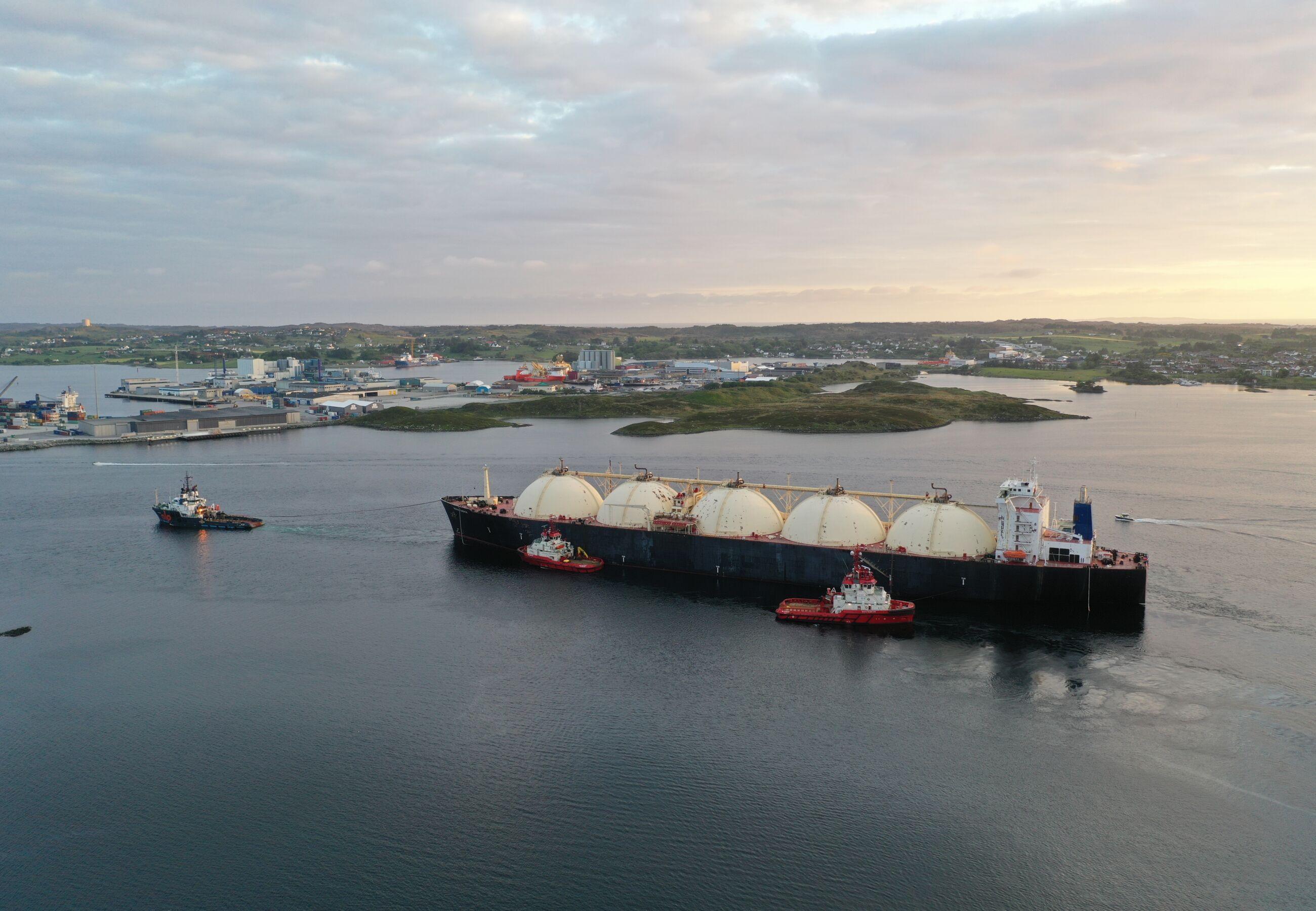 ALP Ace towing Bering Energy Norway Ferrol JUN2020 9
