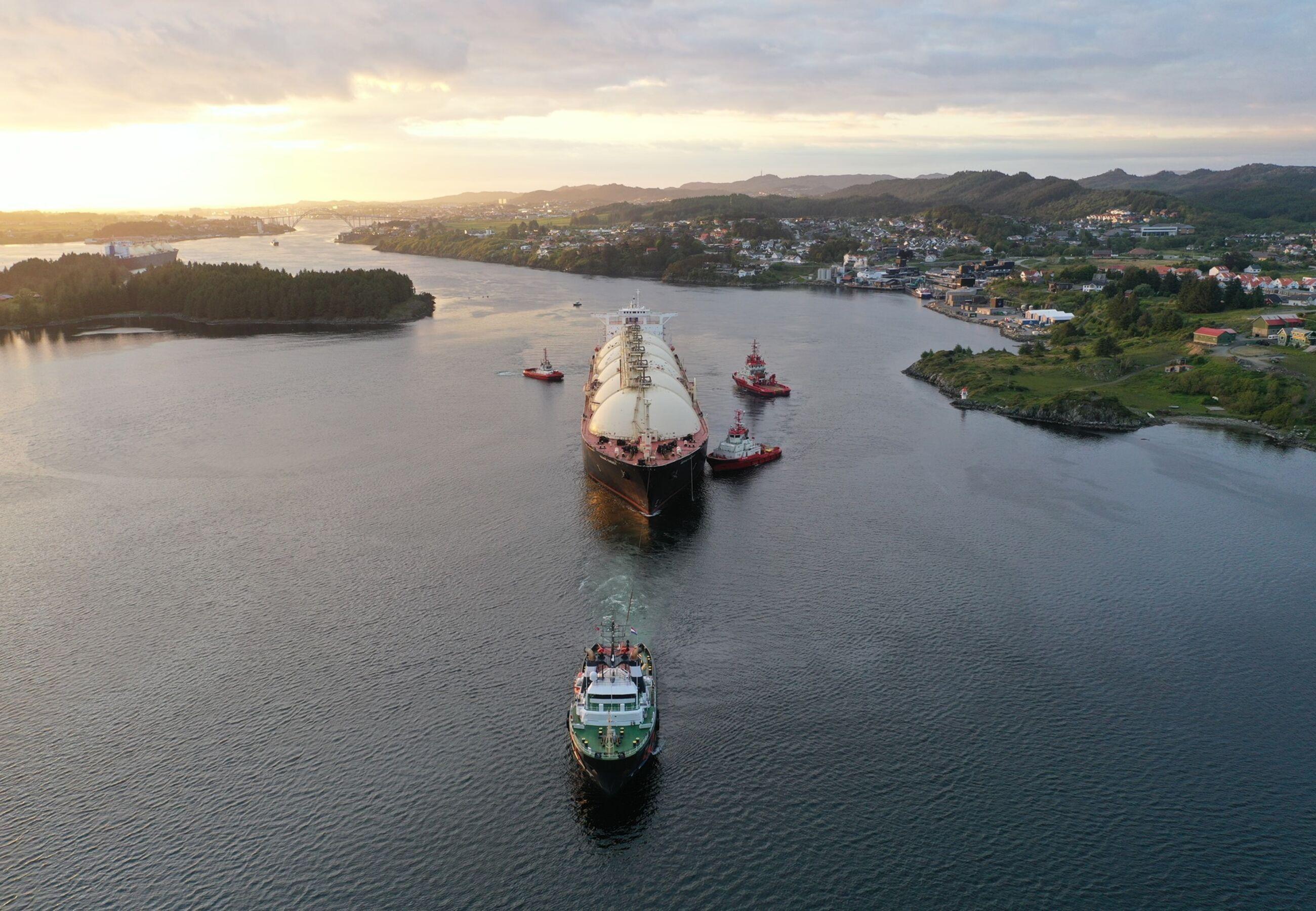 ALP Ace towing Bering Energy Norway Ferrol JUN2020